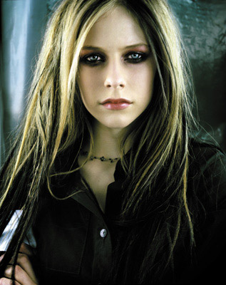 290320051222361 As madeixas coloridas de Avril Lavigne
