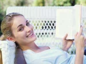697355 mulher lendo livro turismo 225 300 - Autocuidado: dê atenção a si mesma!