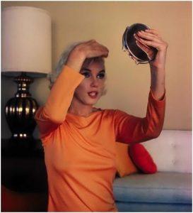 Olhando no Espelho 273x300 - Os Segredos do Cabelo Loiro de Marilyn Monroe