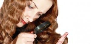 mulher-analisando-os-cabelos-com-uma-lupa-1340824093242_615x300