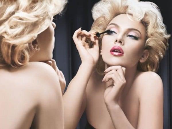 Retocando a maquiagem1 e1352385529937 - Aprenda a fazer o make durar mais