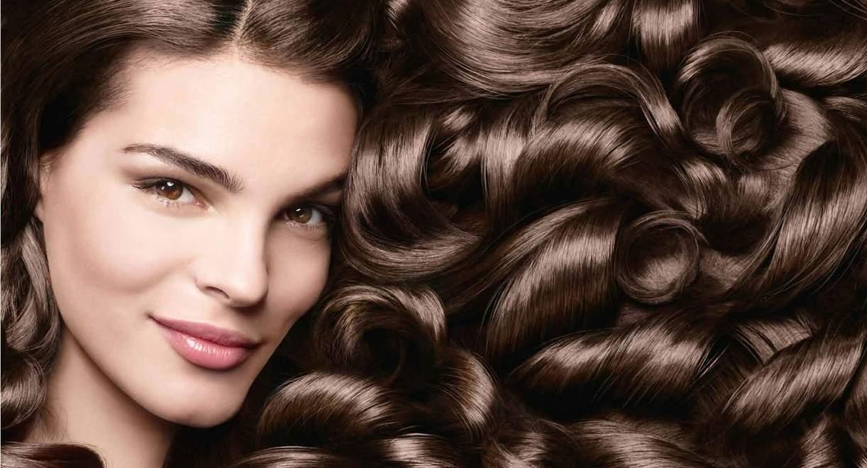 Xampu de uma reconstrução de cabelo depois de uma onda