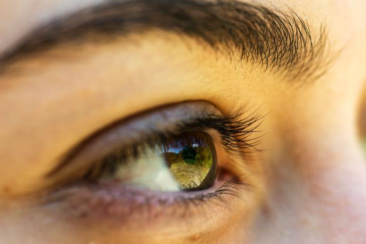 iStock 637523980 - Você usa algum creme para bolsa nos olhos?