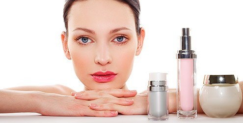 mulher cosmetico maquiagem Especial para mulheres de 40 a 50 anos: cuidados básicos com a pele