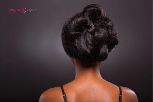 Penteado sofisticado em cabelo cacheado para madrinha de casamento