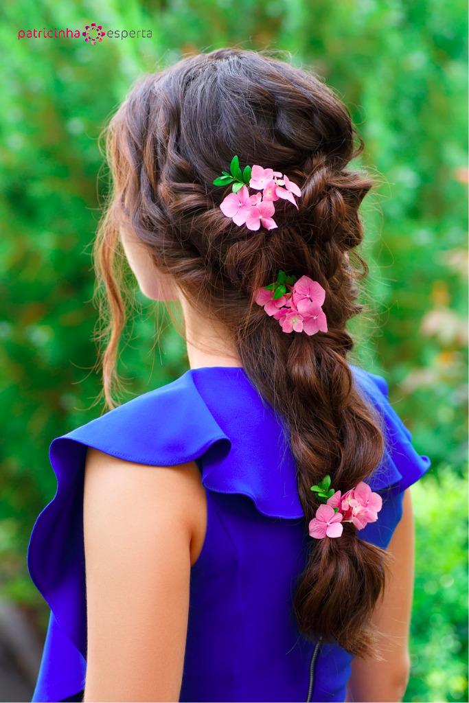 penteado despojado com flores para madrinha de casamento a tarde