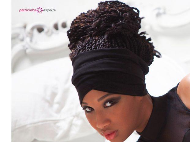Penteado com bandana em cabelo afro para madrinha de casamento